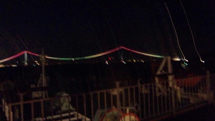 風見鶏と明石大橋のライトアップ