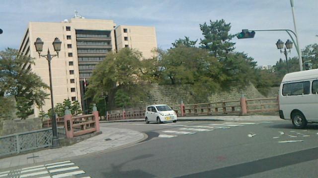 福井城跡に立つ福井県庁