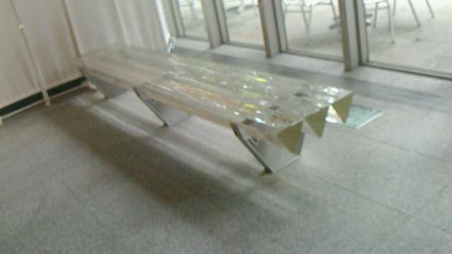 ガラスのベンチ